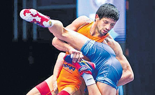 Pro Wrestling League: Ravi Kumar defeats Sandeep Tomar to give Haryana Hammers 4-3 victory - Sakshi