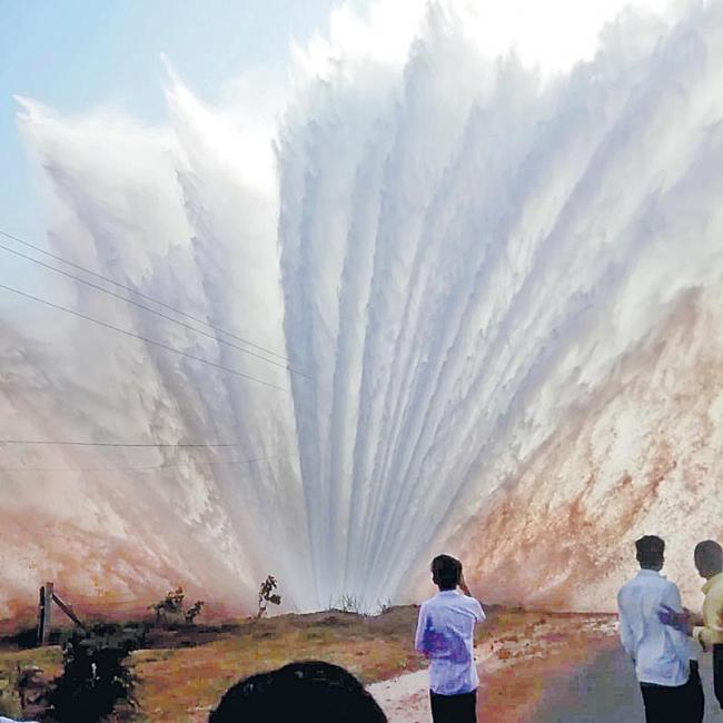 Mission bhagiratha Pipeline Leakage at nagarkurnool - Sakshi