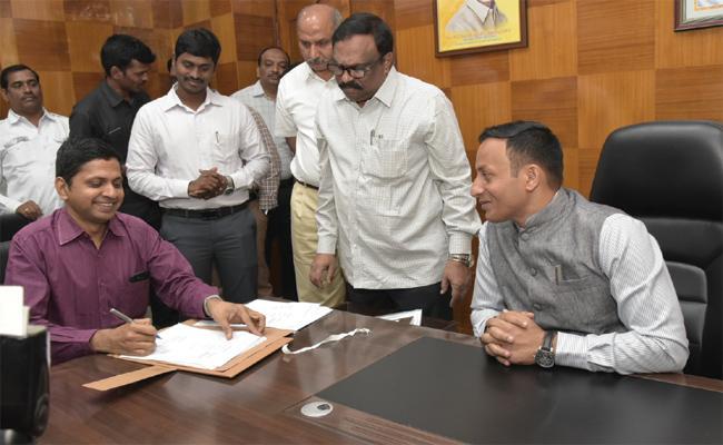 Katamaneni Bhaskar in Visakhapatnam Collector Office - Sakshi
