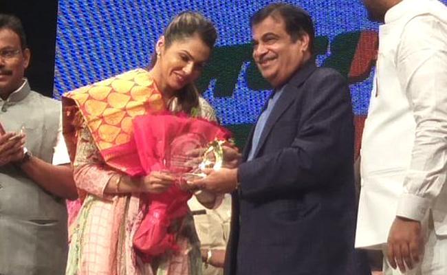 Actor Isha Koppikar Joins Bharatiya Janata Party - Sakshi