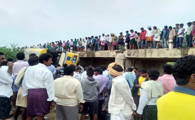 School Bus Accident in Guntur - Sakshi