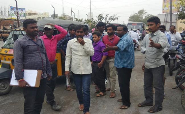 Fake Survey Team Caught in Guntur - Sakshi