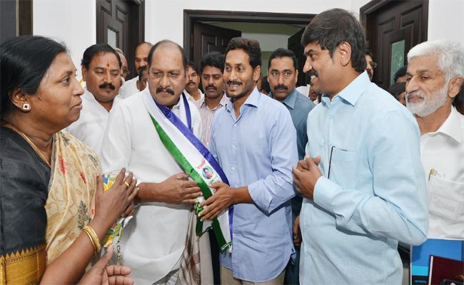 Retired RailwayUnion Leader Join in YSRCP Visakhapatnam - Sakshi
