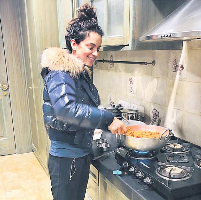 Kangana Ranaut cooks gajar ka halwa - Sakshi