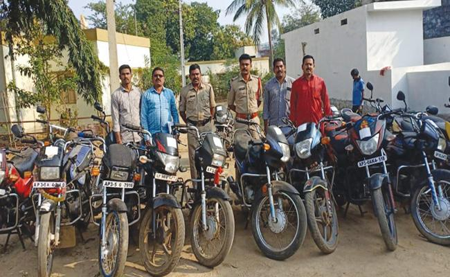 Bike Robbery Gang Arrest in Vizianagaram - Sakshi