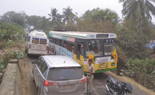 Traffic Jam on Polavaram Yetigattu Road - Sakshi