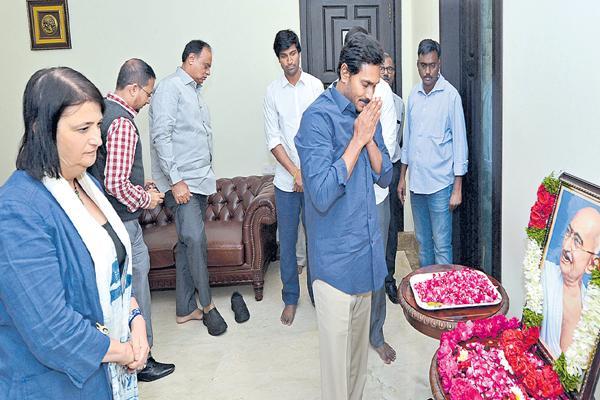 YS Jagan Mohan Reddy Pays Tribute To Mahatma Gandhi Death Anniversary - Sakshi