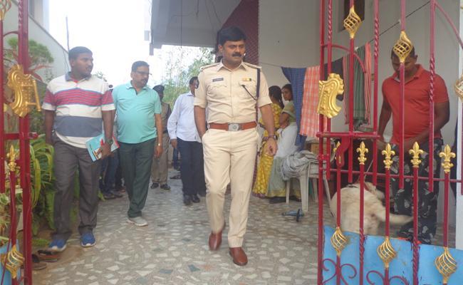 Gold Robbery in Adavivaram Visakhapatnam - Sakshi
