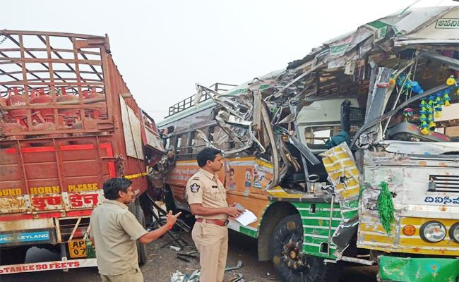 Sylinder Lorry And Bus Accident in guntur - Sakshi