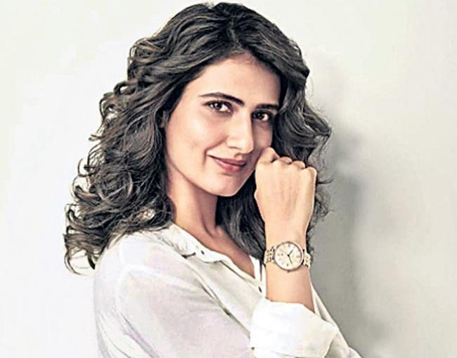 Fatima Sana Shaikh to be paired opposite Shah Rukh Khan in rakesh sharma biopic - Sakshi