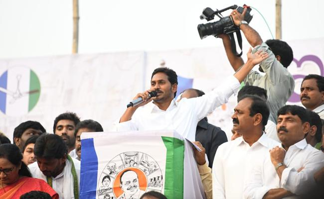 YS Jagan Slams CM Chandrababu Naidu In Ichapuram Public Meeting - Sakshi