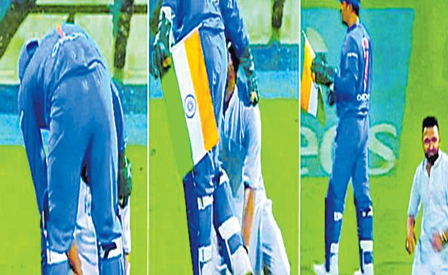 Dhoni has once again showing patriotism to the world - Sakshi