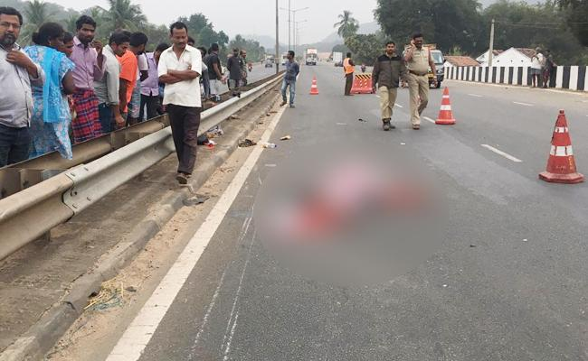 Visakhapatnam Couple Died in East Godavari Bike Accident - Sakshi