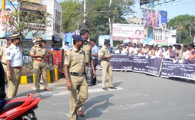 Police Negligence on Narendra Modi Tour in Guntur - Sakshi