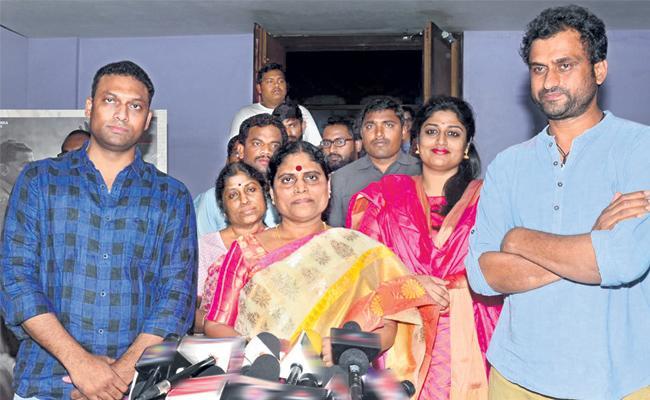 Ys vijayamma watching ysr biopic yatra movie - Sakshi