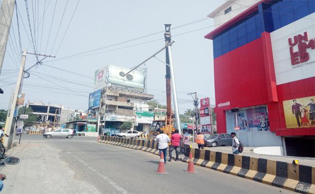 CC Cameras in Traffic Signals East Godavari - Sakshi