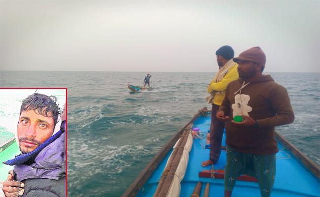 Fishermen Boat Aciident in Vizianagaram Beach - Sakshi