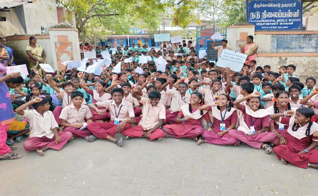 School Student Protest For Teacher in Tamil nadu - Sakshi