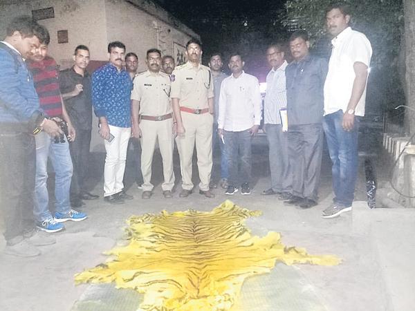 Police in the hunt for the Maharashtra gang - Sakshi