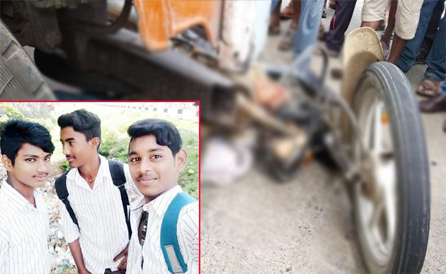 Friends Died in road accident Visakhapatnam - Sakshi