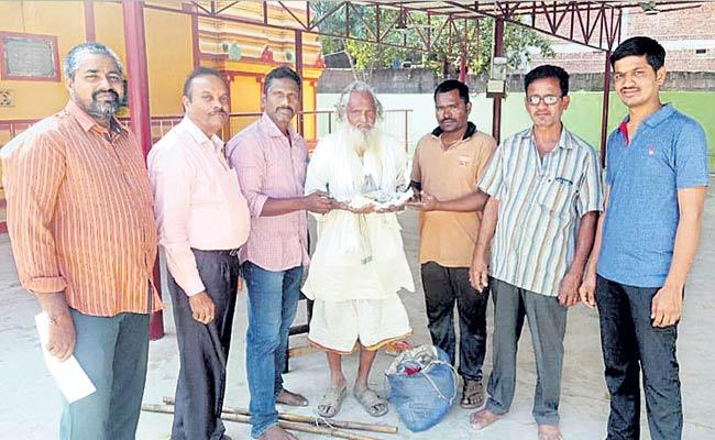 Vizianagaram Beggar Donates Sixty Thousand For Temple Development - Sakshi