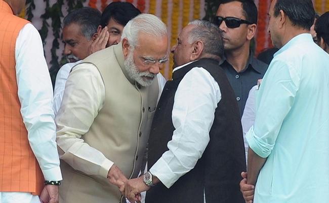 Mulayam Singh Yadav Praises Narendra Modi In Parliament - Sakshi