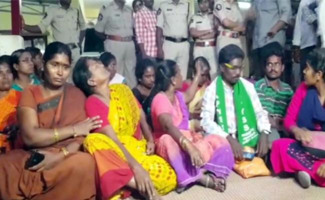 Guntur Love Couple Murder VIctim Family Members Dharna At Mangalagiri PS - Sakshi