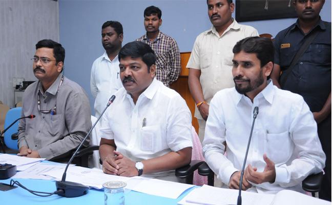MLA Nannapaneni Narender Talk About On Warangal Roads - Sakshi