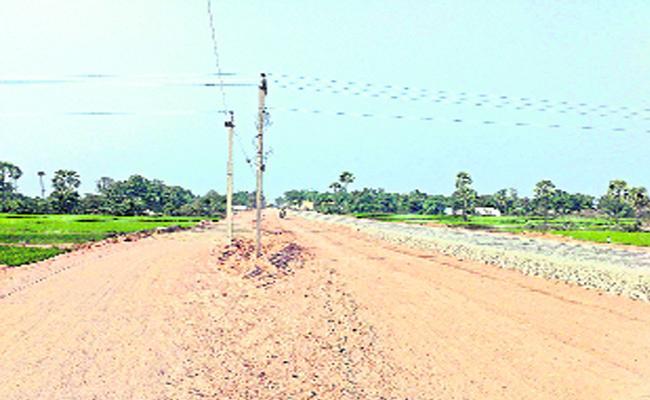 Village Peoples Face To Road Problem Karimnagar - Sakshi