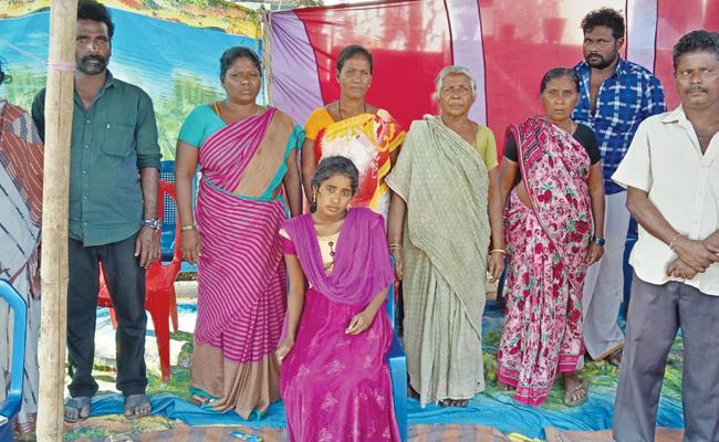 Young Women Protest in front of Boyfriend Home East Godavari - Sakshi