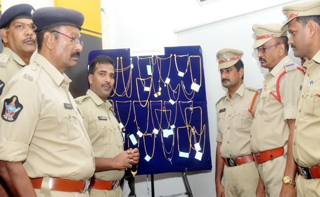 Chain Snatcher Arrest in Guntur - Sakshi