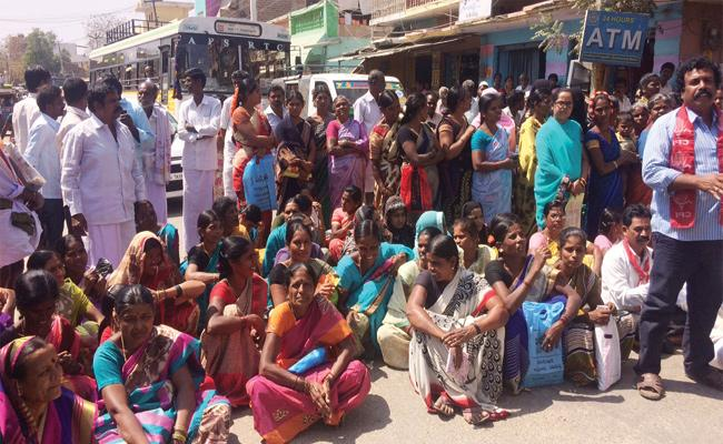 Dwcra Groups Protest infront of Banks Anantapur - Sakshi
