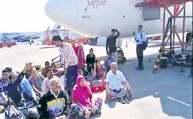 Spice Jet Flight Delayed 7 Hours Due To Technical Issues At Shamshabad Airport - Sakshi