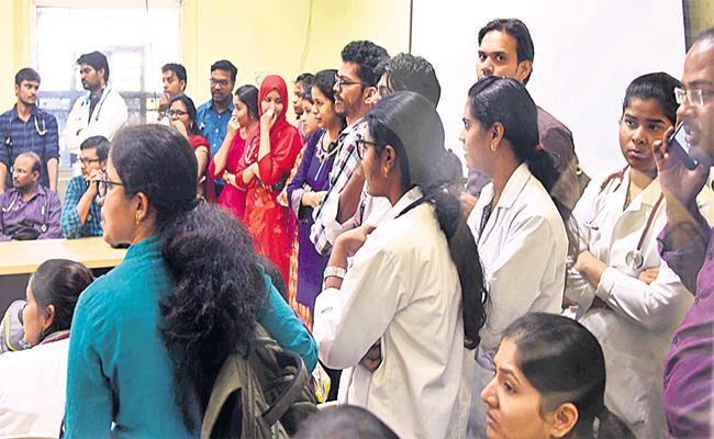 Patient Relatives Attack on Niloufer hospital Doctors - Sakshi