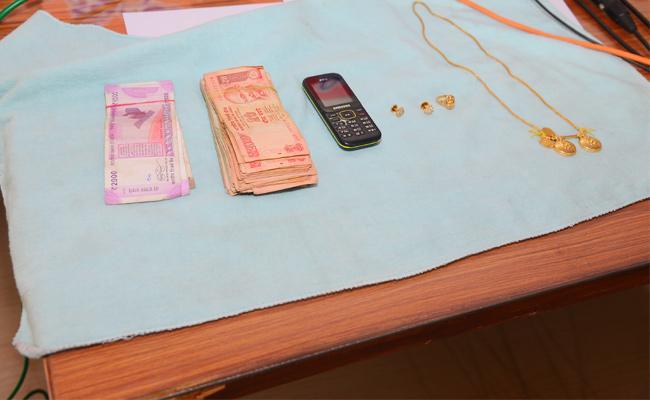 Three Men Arrest in Robbery Case - Sakshi
