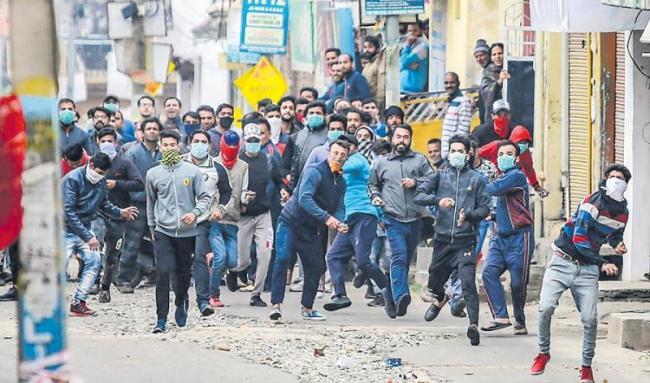 Curfew remains clamped in Jammu - Sakshi