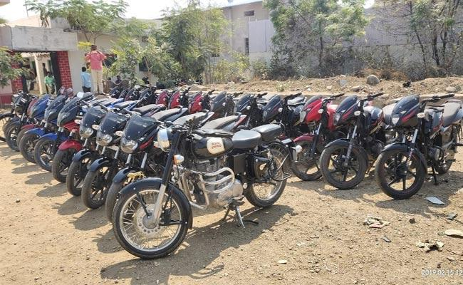 Young Men Arrested For Robbing Pulsar Bikes In Nizamabad - Sakshi