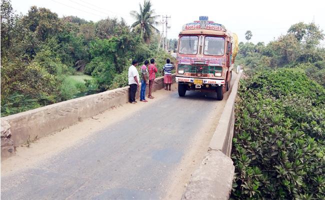 Men Died in Lorry Accident East Godavari - Sakshi
