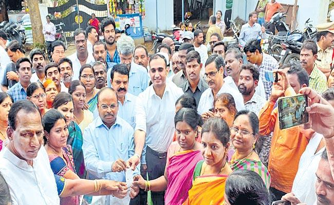 Ration shops start rice supply to Aanganwadi centers - Sakshi