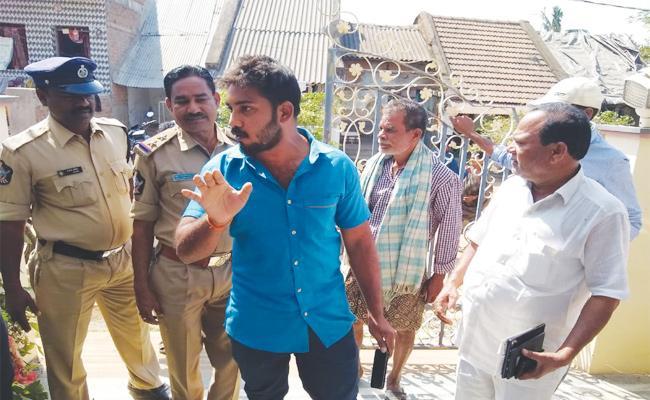 TDP Fake Survey Gangs in Srikakulam - Sakshi