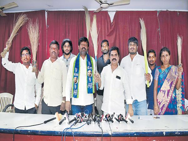 BC Associations Leaders Slams V Hanumantha Rao - Sakshi