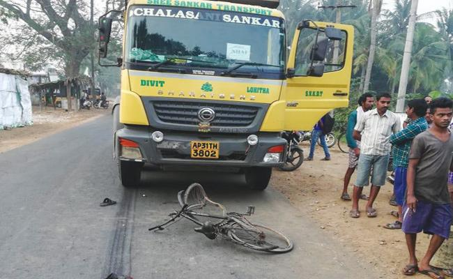 Road Accidents on Anakapalli Highway Visakhapatnam - Sakshi