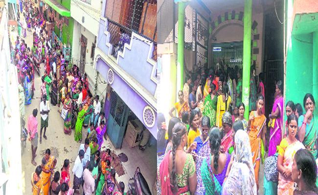 Dwcra Womens Suffering With Pasupu Kunkuma Cheques - Sakshi