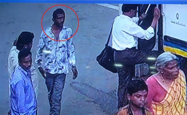 Photos Released in Mobile Robbery Case YSR Kadapa - Sakshi