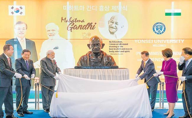 Narendra Modi Unveils Mahatma Gandhi Statue In Seoul - Sakshi