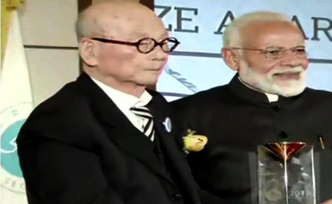Narendra Modi awarded with Seoul Peace Prize - Sakshi