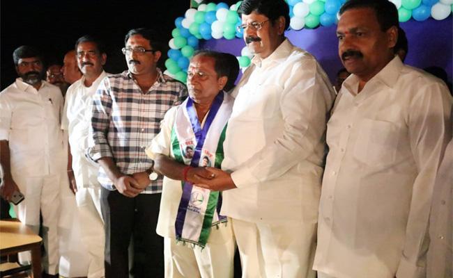 Munukuru Ravikumar Reddy Join in YSR Congress Party - Sakshi