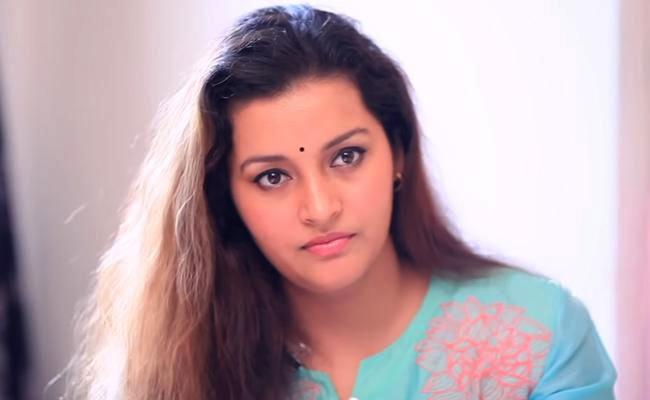 Renu desai to Visits Families of kurnool Farmers Who Committed Suicide - Sakshi