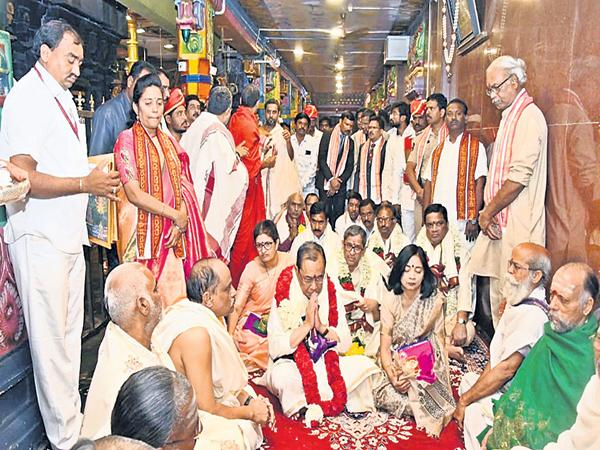 CJI Justice Gogoi arrives to Vijayawada - Sakshi