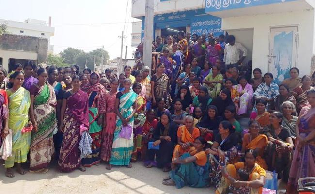 Dwcra Womens Protest infront of Banks Prakasam - Sakshi
